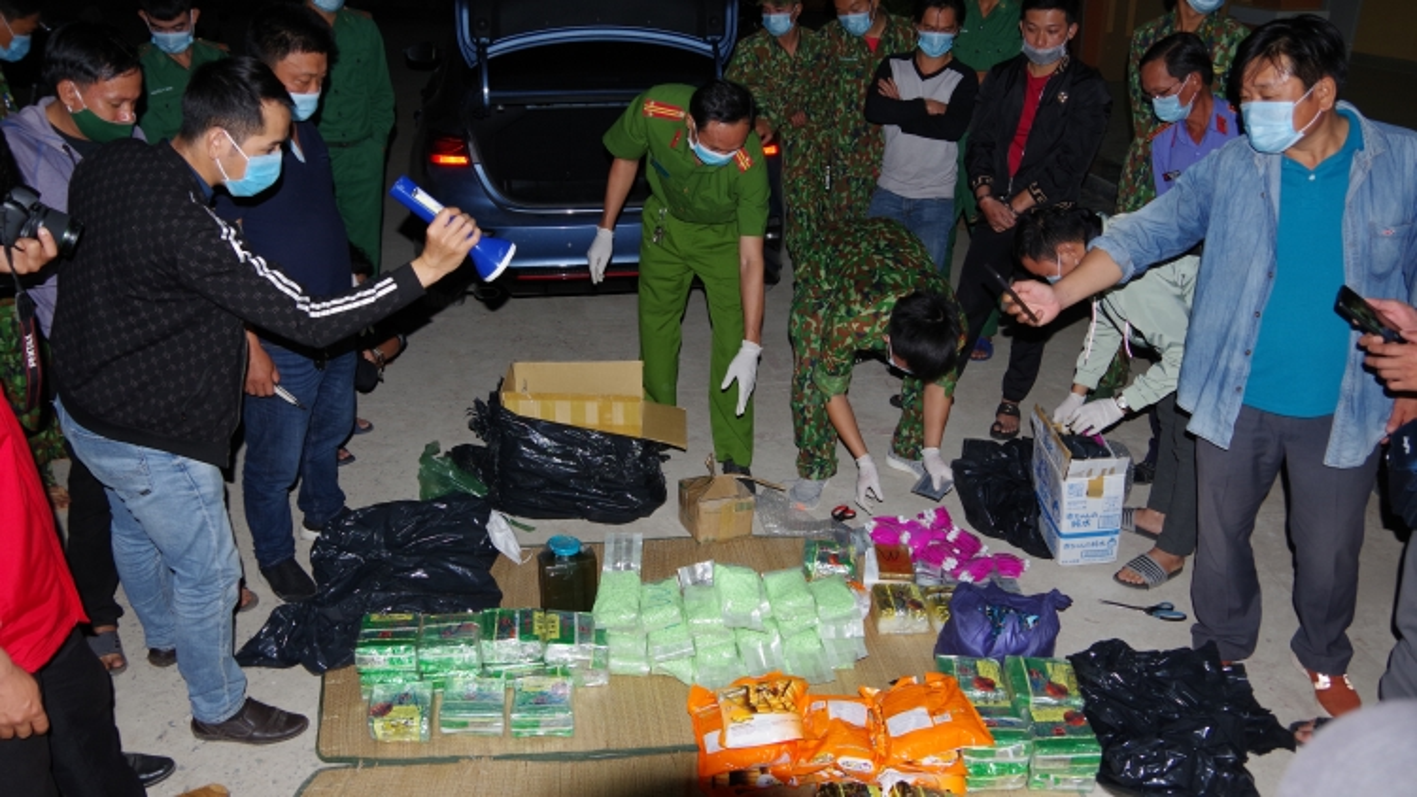 Cặp đôi vận chuyển gần 90 kg ma túy qua biên giới