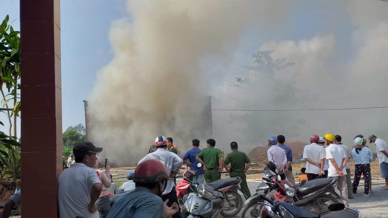 Đám cháy ở xưởng gỗ tại Tiền Giang được dập tắt sau 2 giờ