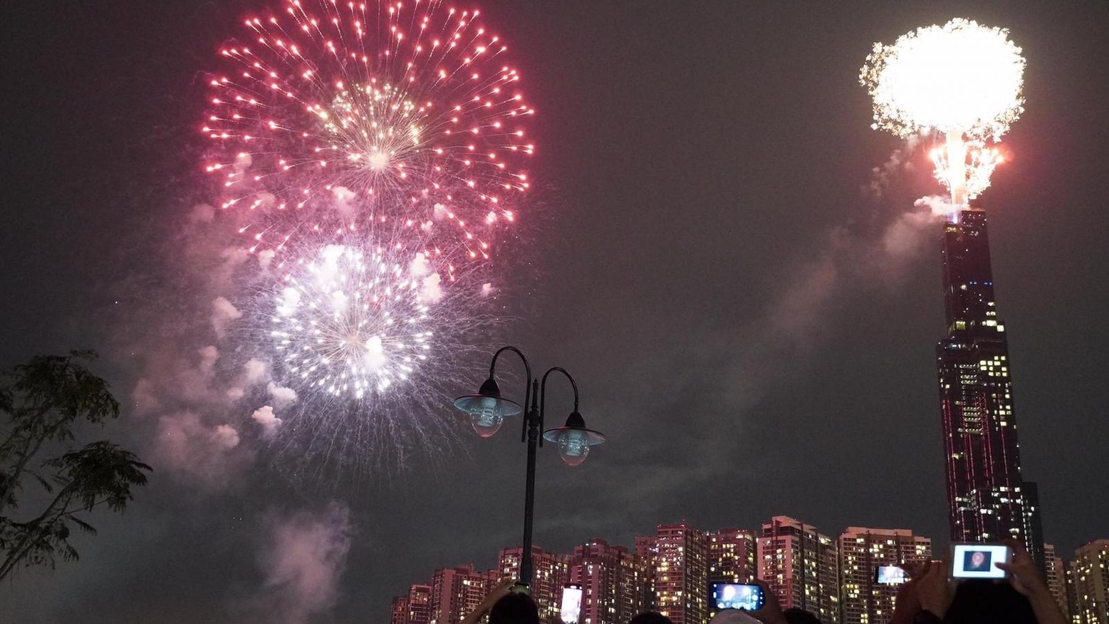 Hình ảnh pháo hoa rộn ràng trên khắp cả nước chào đón năm mới 2021