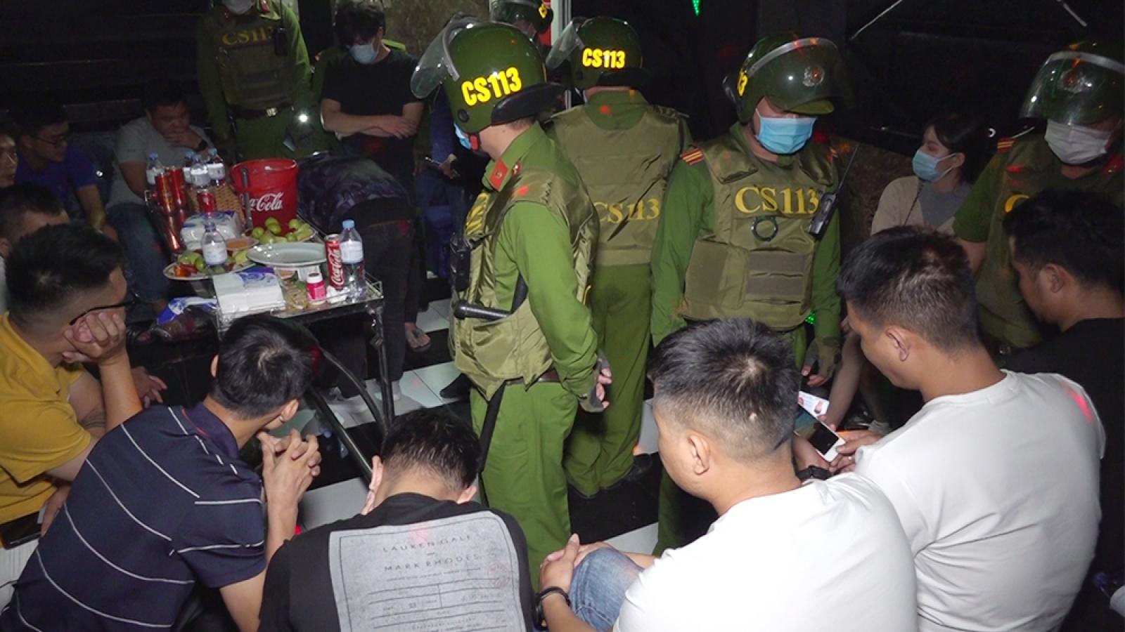 14 nam, nữ trong quán karaoke dương tính với ma túy