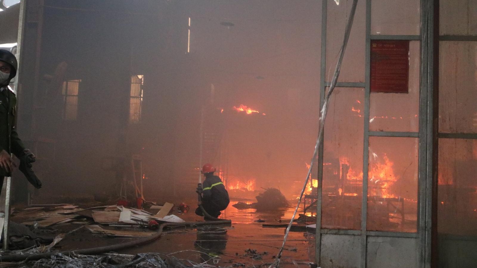 Nóng: Đang cháy lớn tại xưởng gỗ ở Hải Phòng
