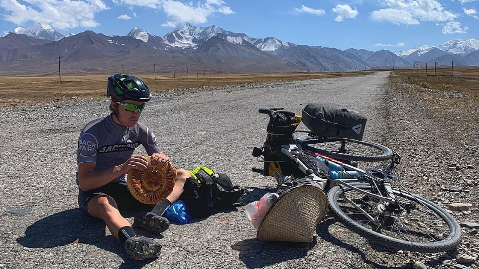 Đạp xe từ Trung Quốc về Anh nhờ lòng tốt của những người xa lạ