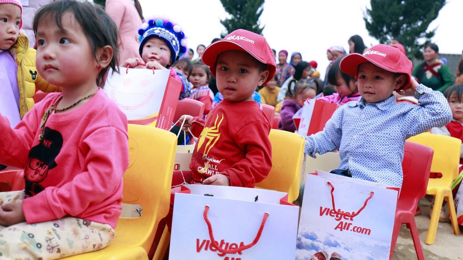 Vietjet mang niềm vui Tết đến với bà con dân tộc