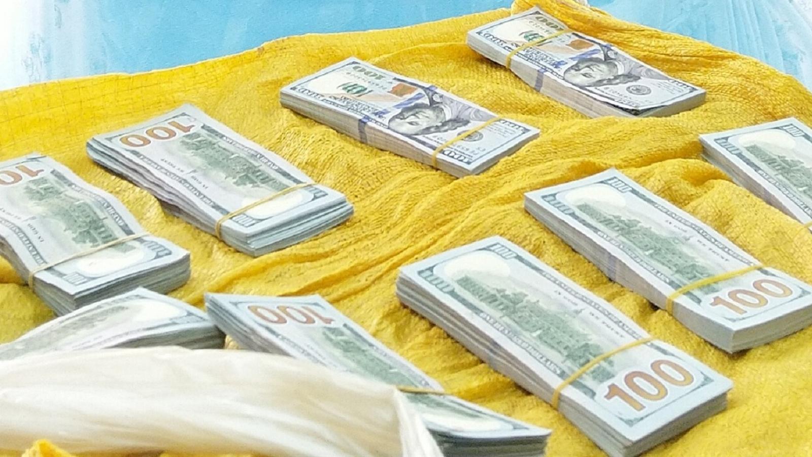 Phát hiện, bắt giữ đối tượng vận chuyển trái phép hơn 86.000 USD qua biên giới
