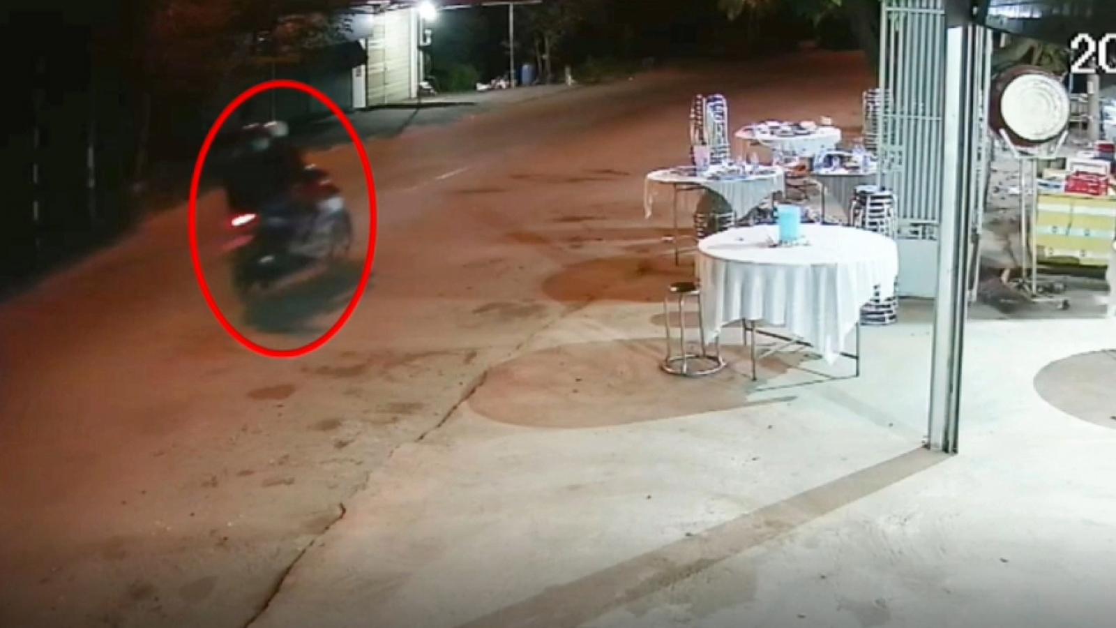Hai thanh niên đến đám tang trộm thùng tiền phúng điếu