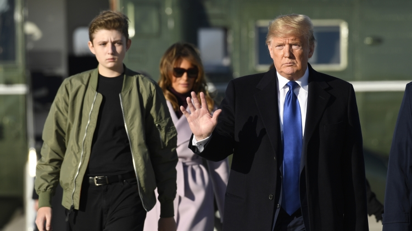 """Vì sao """"quý tử"""" Barron vắng mặt trong lễ chia tay của ông Trump?"""