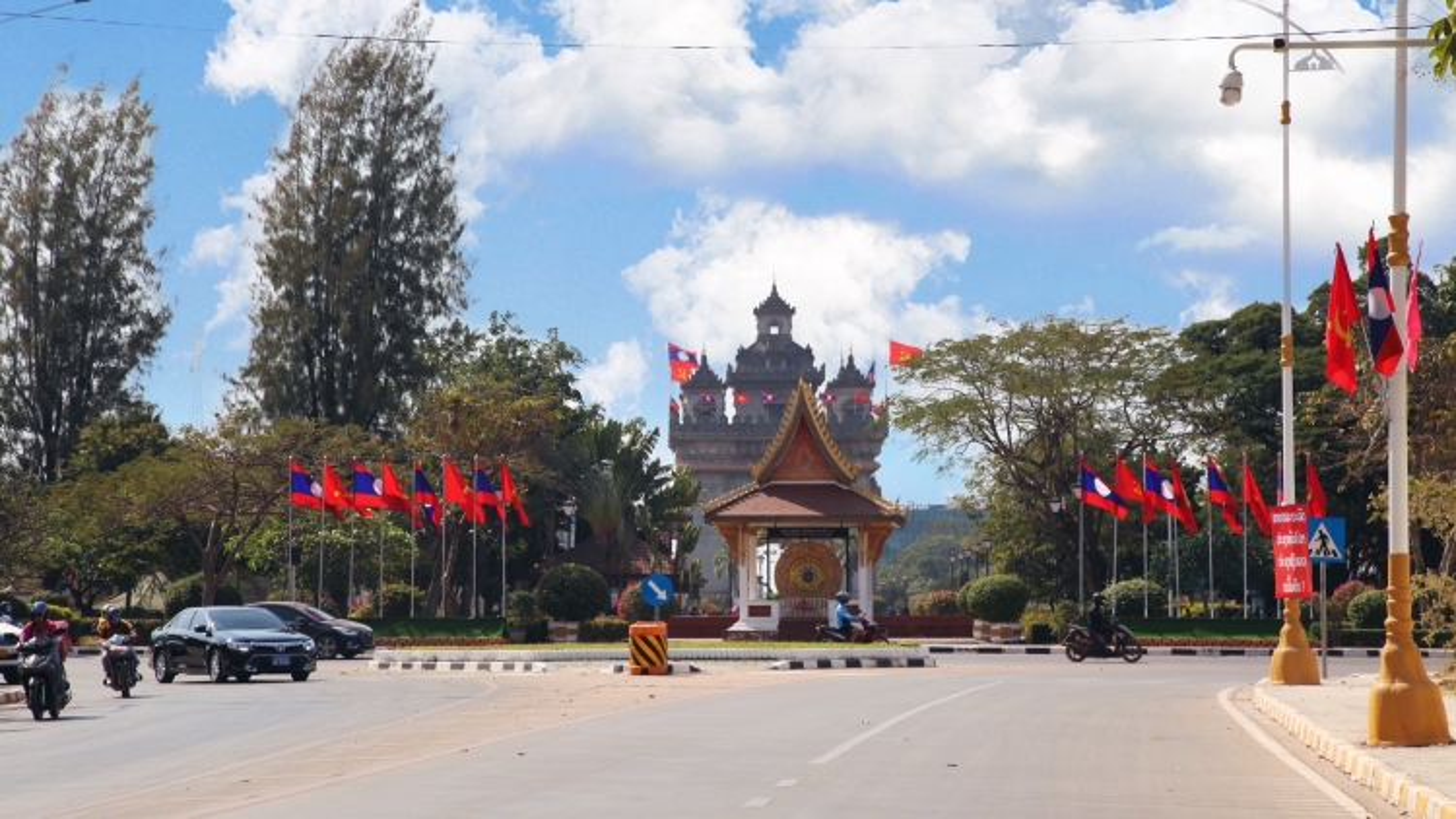 Vientiane rực rỡ cờ hoa trước giờ khai mạc Đại hội 11 Đảng Nhân dân Cách mạng Lào