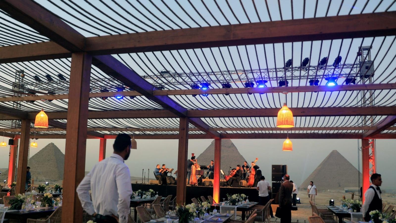 Ai Cập xây nhà hàng cạnh kim tự tháp