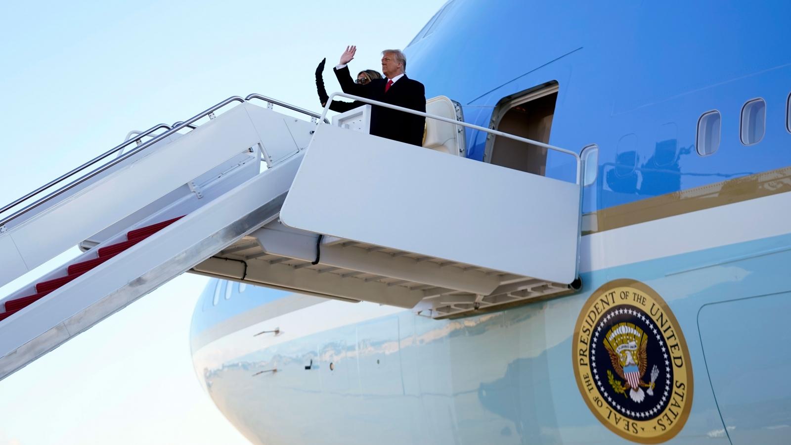 Trực tiếp: Không lực Một cất cánh đưa gia đình ông Trump trở về Florida
