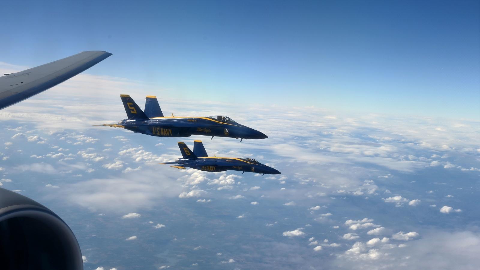 Xem màn tiếp nhiên liệu trên không ngoạn mục của phi đội bay Blue Angles