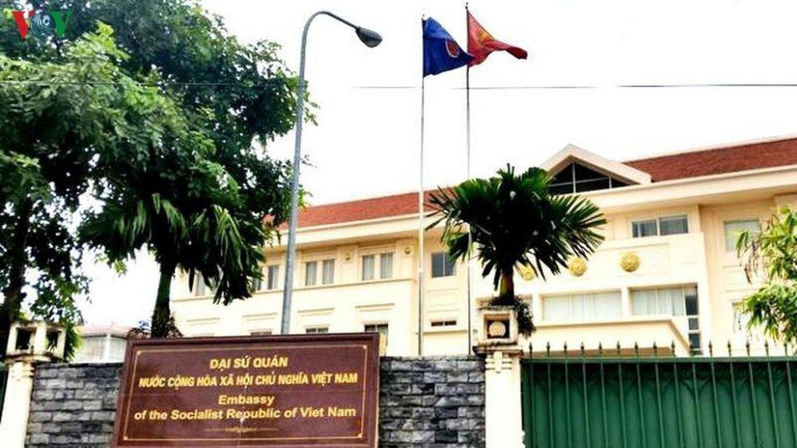 Công dân Việt Nam tại Lào tiếp tục đăng ký về nước