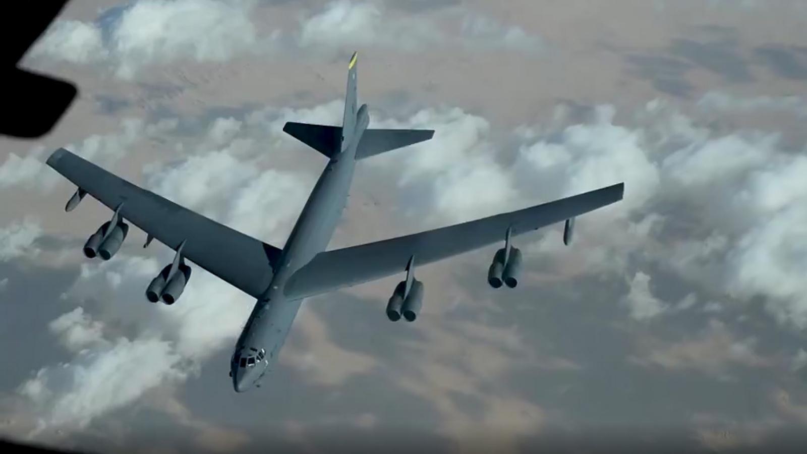 Cận cảnh KC-10 Extender tiếp nhiên liệu cho oanh tạc cơ B-52 trên bầu trời Trung Đông