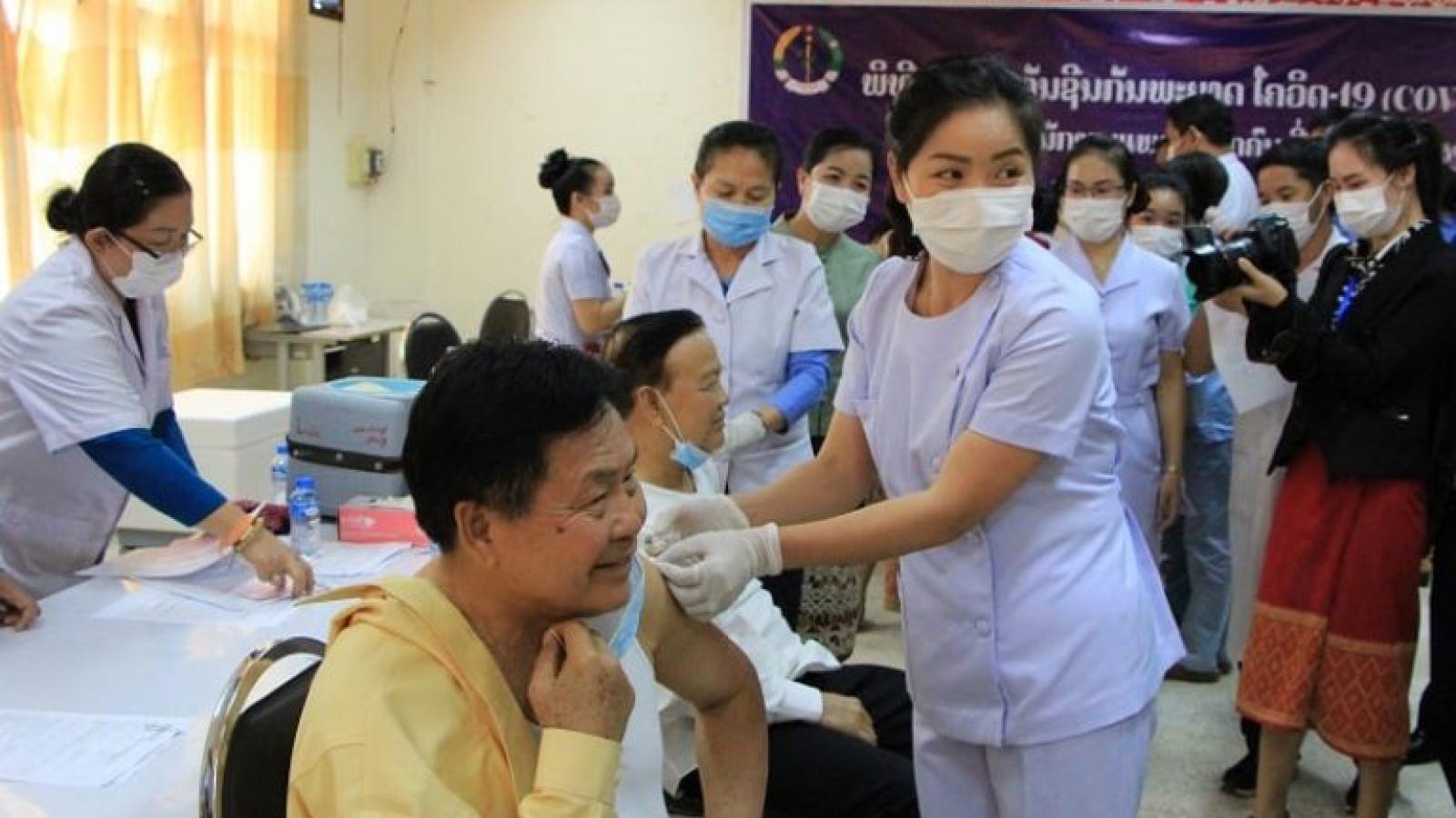 Hơn 600 người trên tuyến đầu chống dịch ở Lào được tiêm vaccine Covid-19
