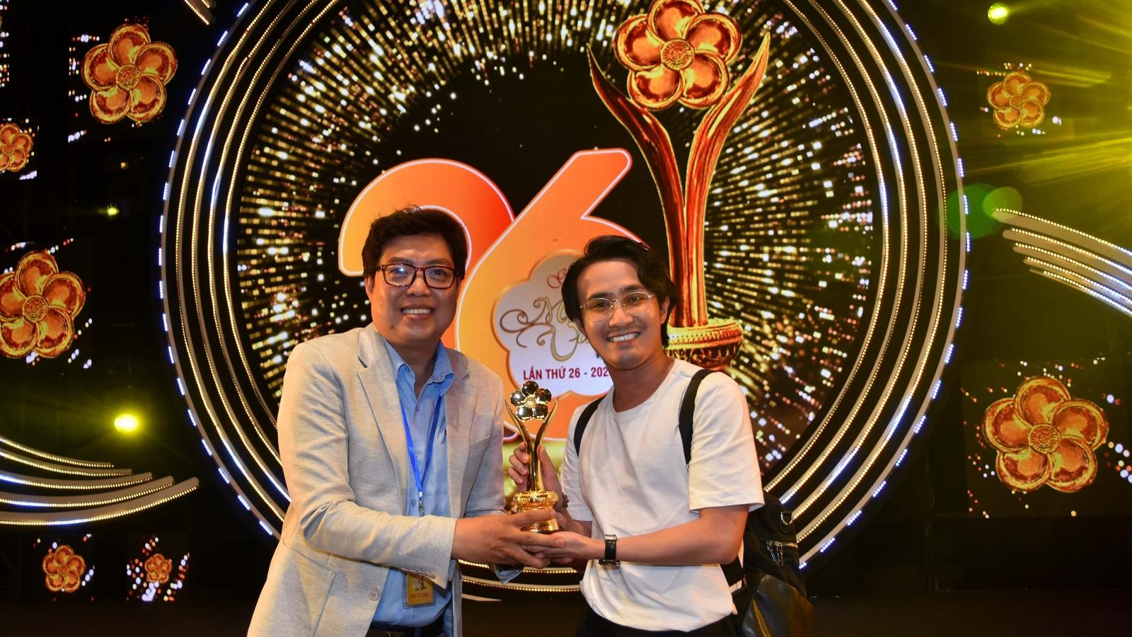"""Huỳnh Lập """"chạy thục mạng"""" đến nhận giải Mai Vàng 2020"""