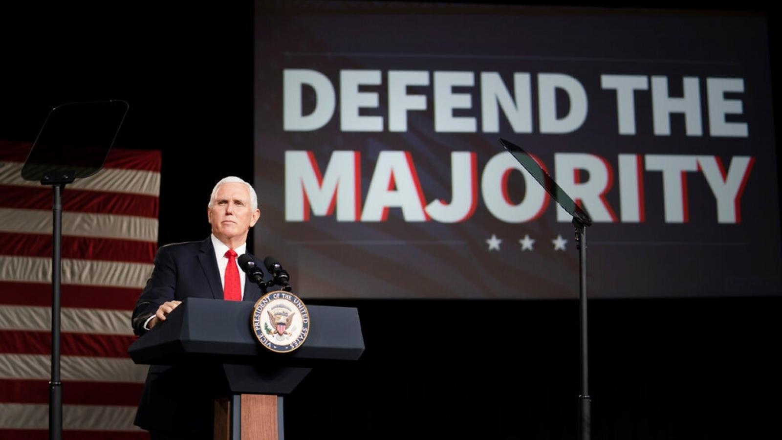 """Phó Tổng thống Mike Pence đau đầu """"giải bài toán"""" lòng trung thành với Trump"""