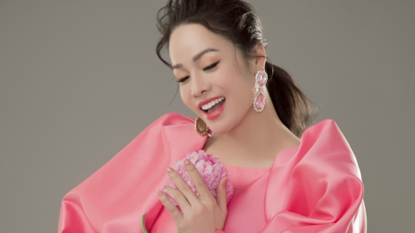 """Nhan sắc tuổi 35 của """"gái một con"""" Nhật Kim Anh"""