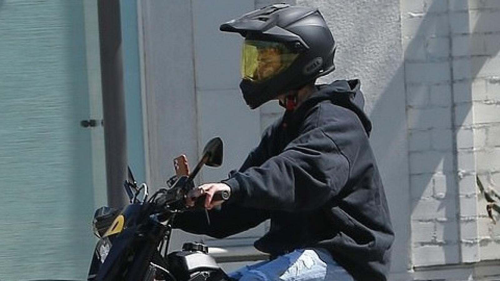 Justin Bieber lái xe mô tô siêu ngầu ra phố