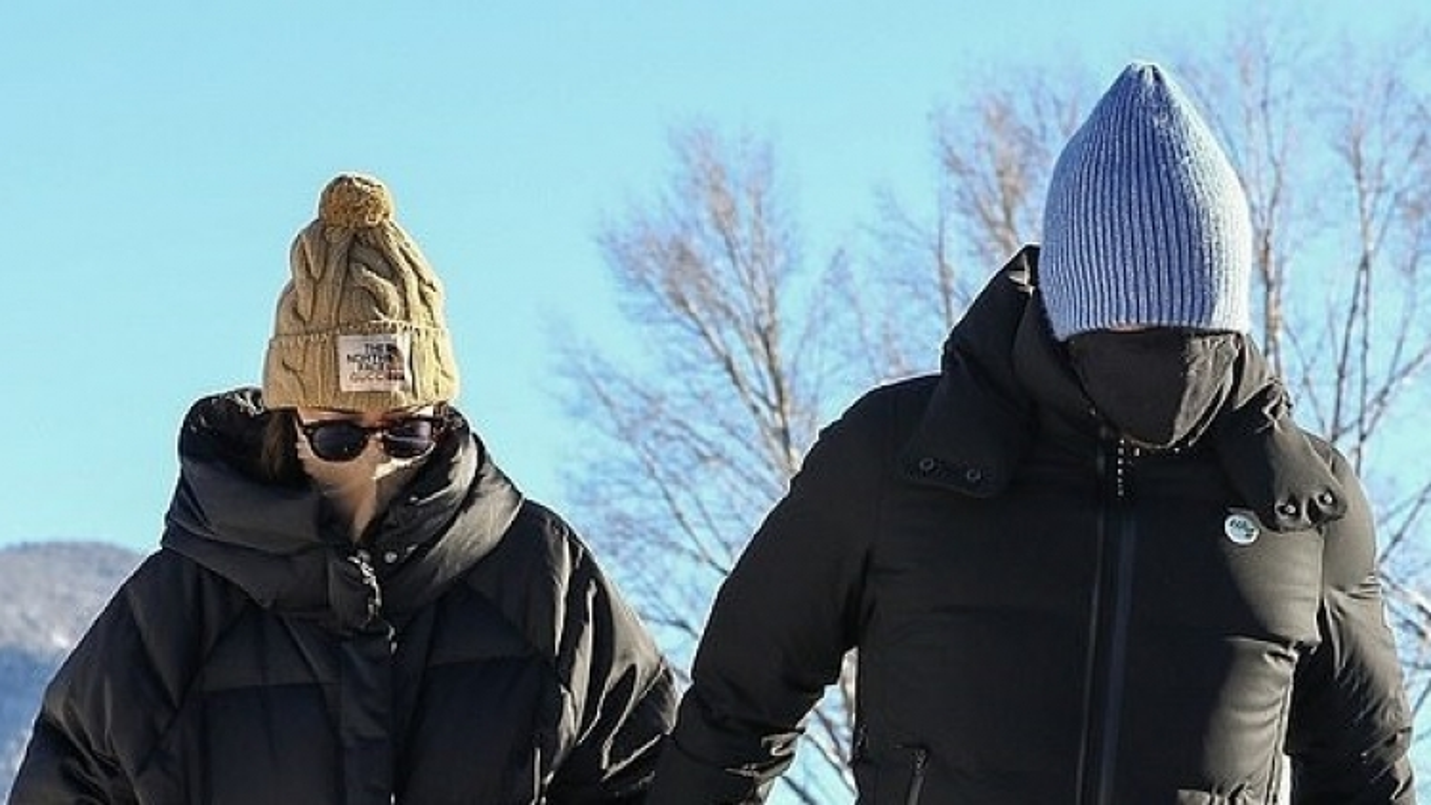 """Mỹ nhân """"50 sắc thái"""" tình tứ nắm tay bạn trai đi chơi tuyết sau ồn ào đã bí mật đính hôn"""