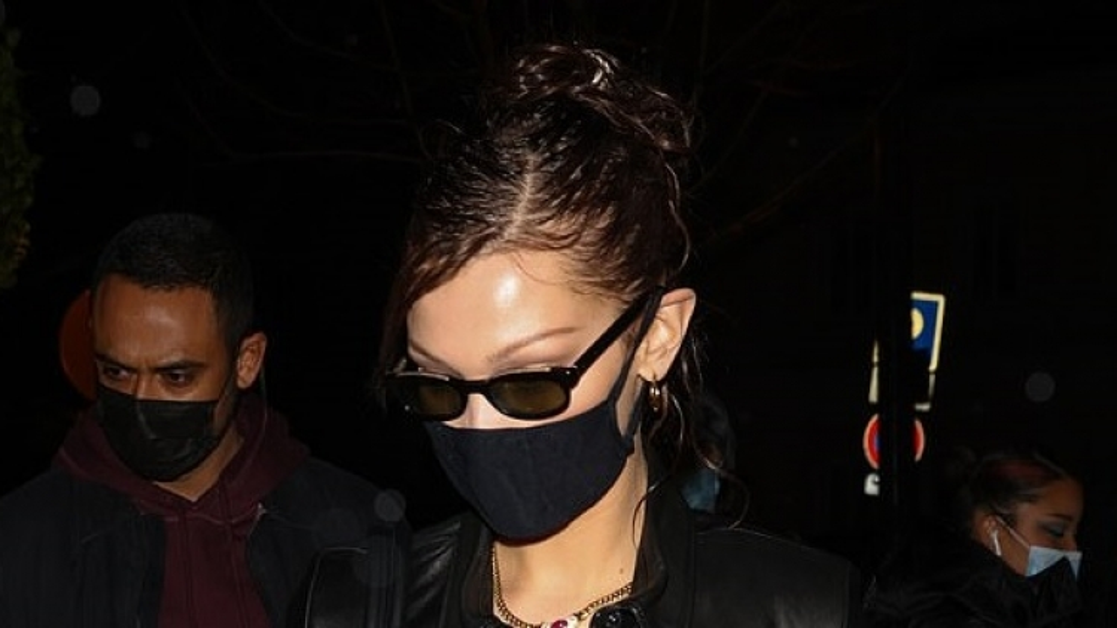Bella Hadid giản dị rời khỏi Tuần lễ thời trang Haute Couture lúc tối muộn