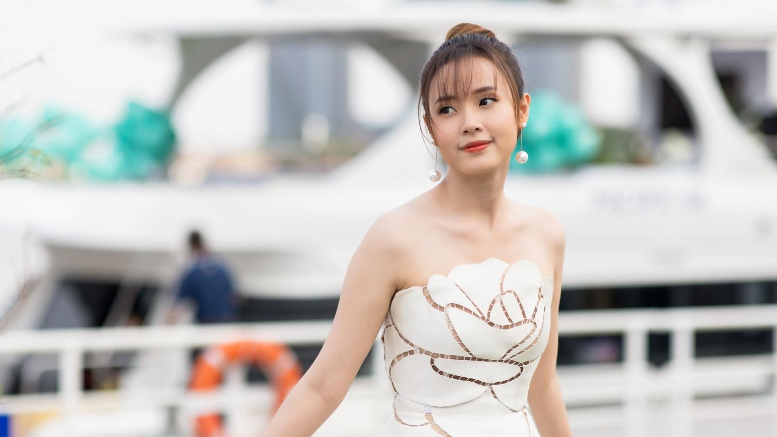 Midu diện váy trắng xinh như nữ thần tổ chức tiệc trên du thuyền sang chảnh