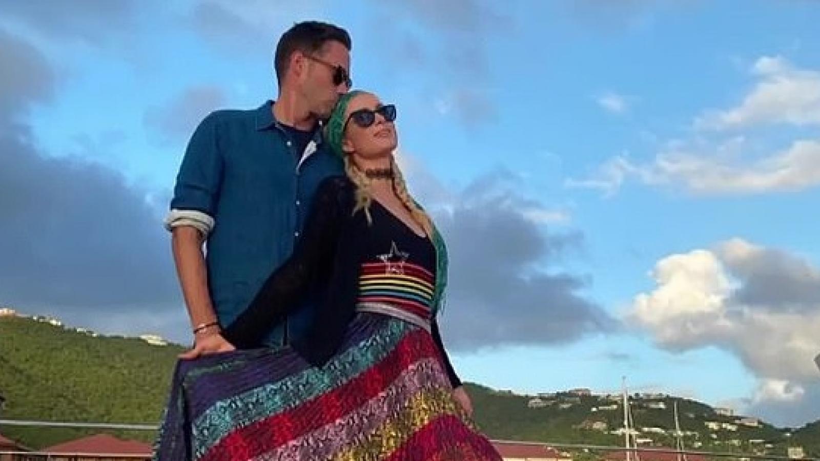 """""""Tình trẻ"""" đặt nụ hôn ngọt ngào lên tóc Paris Hilton trên du thuyền sang trọng"""