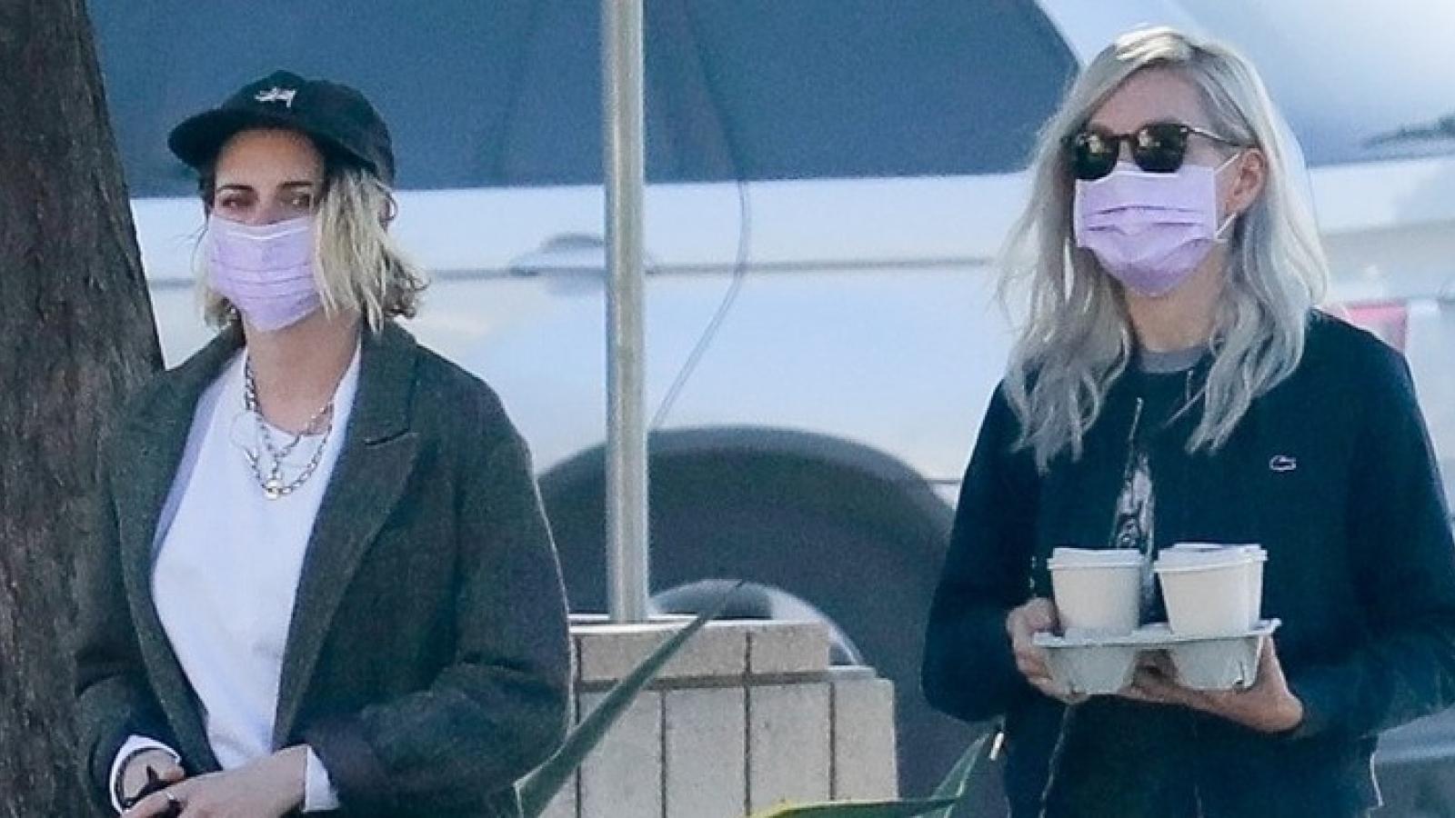 Kristen Stewart sành điệu đi chơi cùng bạn gái