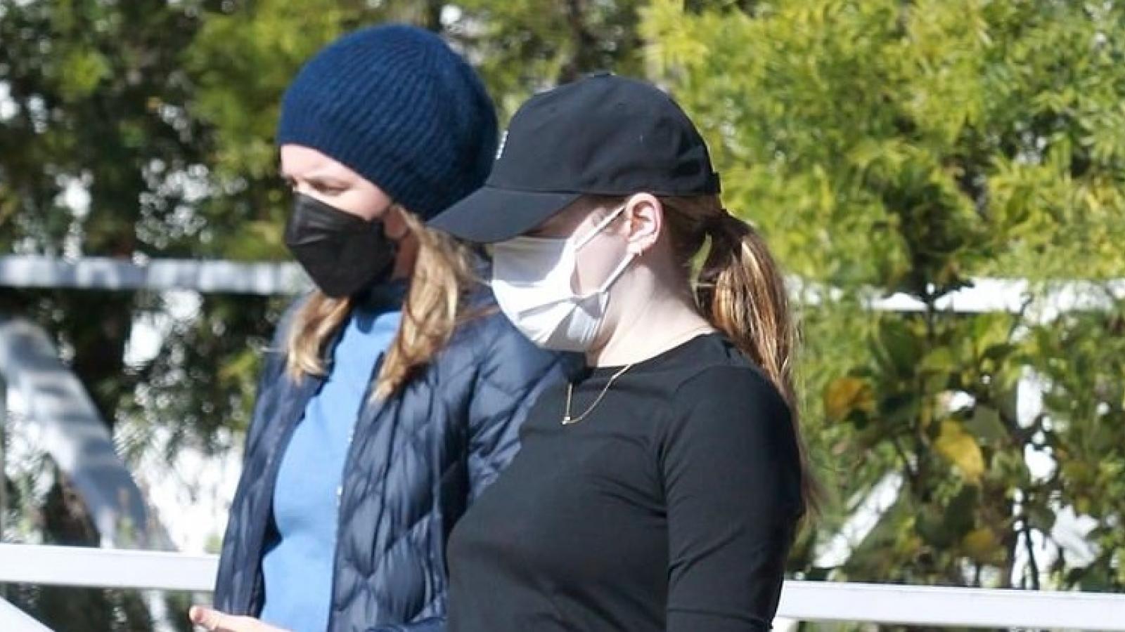 Emma Stone mang thai con đầu lòng với nhà làm phim Dave McCary
