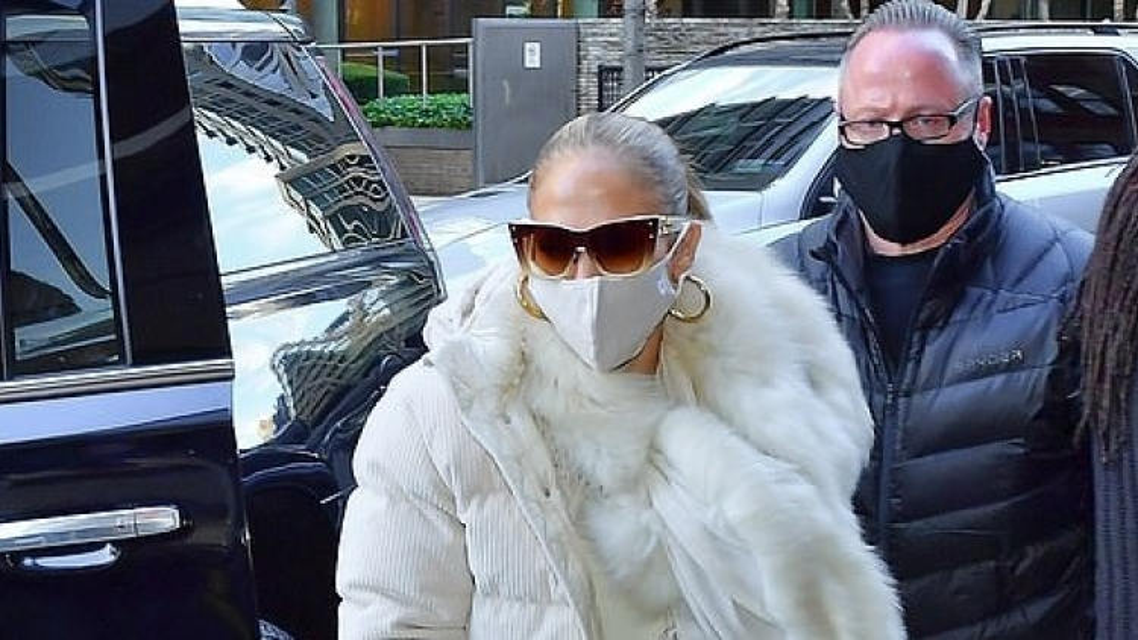Jennifer Lopez mặc đồ ấm áp ra phố trong tiết trời giá lạnh