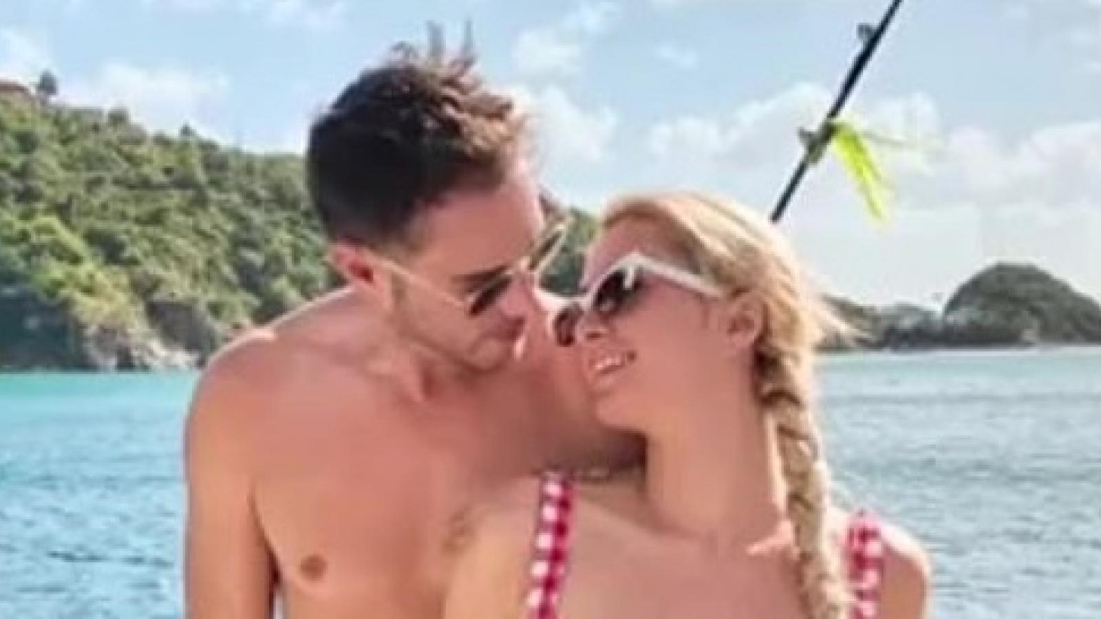 Paris Hilton đón giao thừa lãng mạn cùng bạn trai trên du thuyền sang trọng