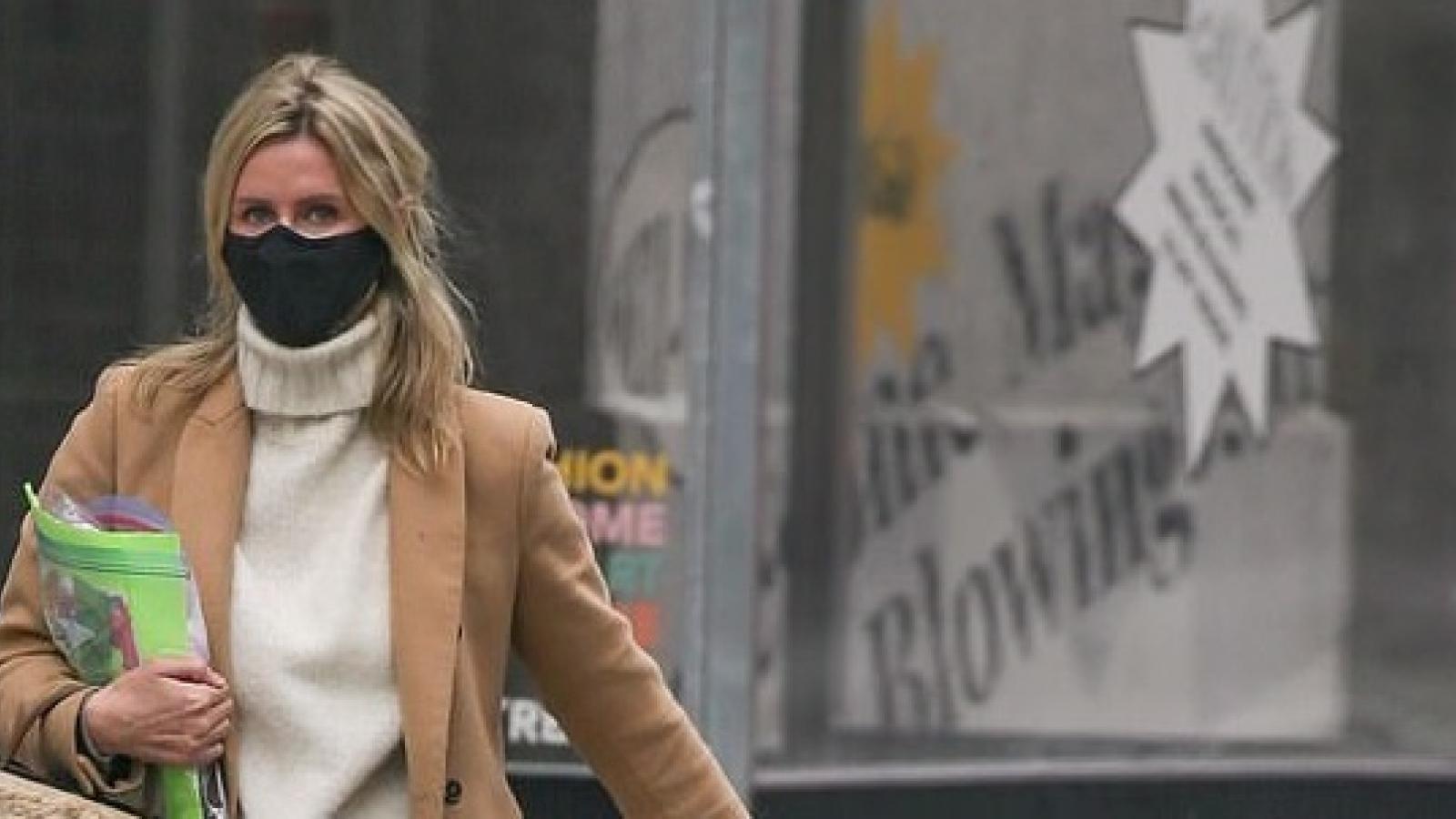 Em gái Paris Hilton giản dị ra phố trong tiết trời giá lạnh