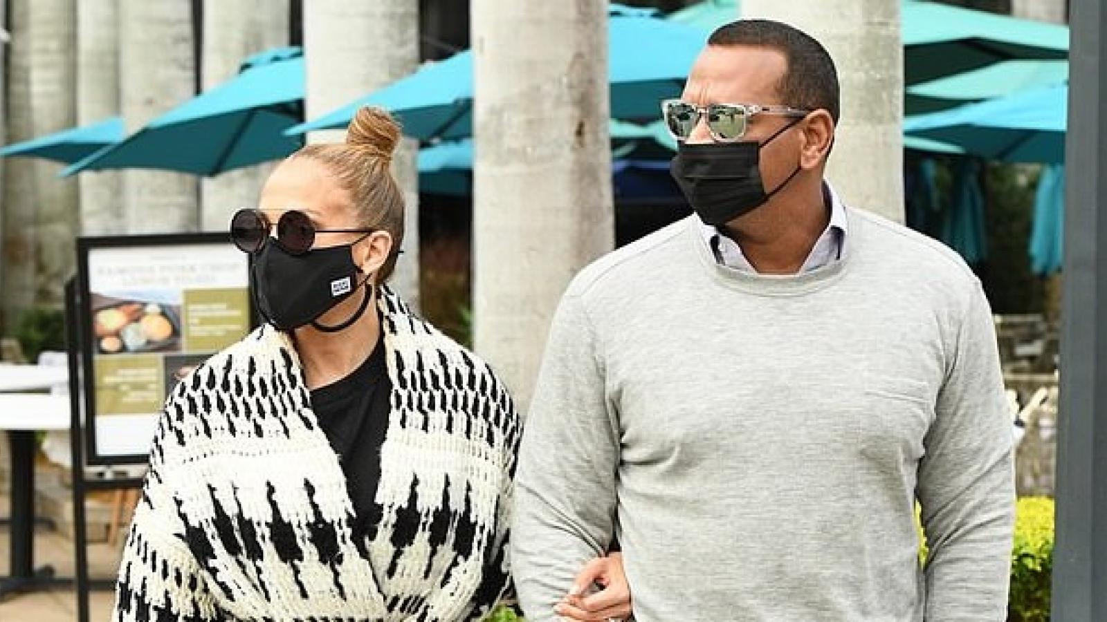 Jennifer Lopez diện đồ phong cách đi dạo phố cùng bạn trai sau quyết định hủy đám cưới