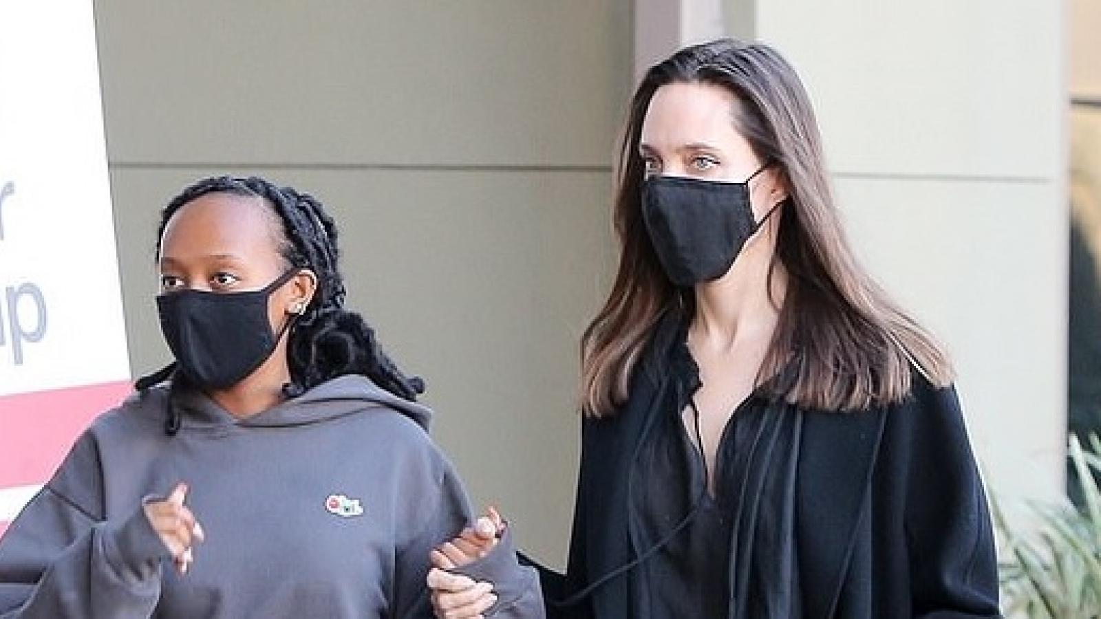 Angelina Jolie giản dị nắm tay con gái nuôi đi mua sắm dịp cuối tuần