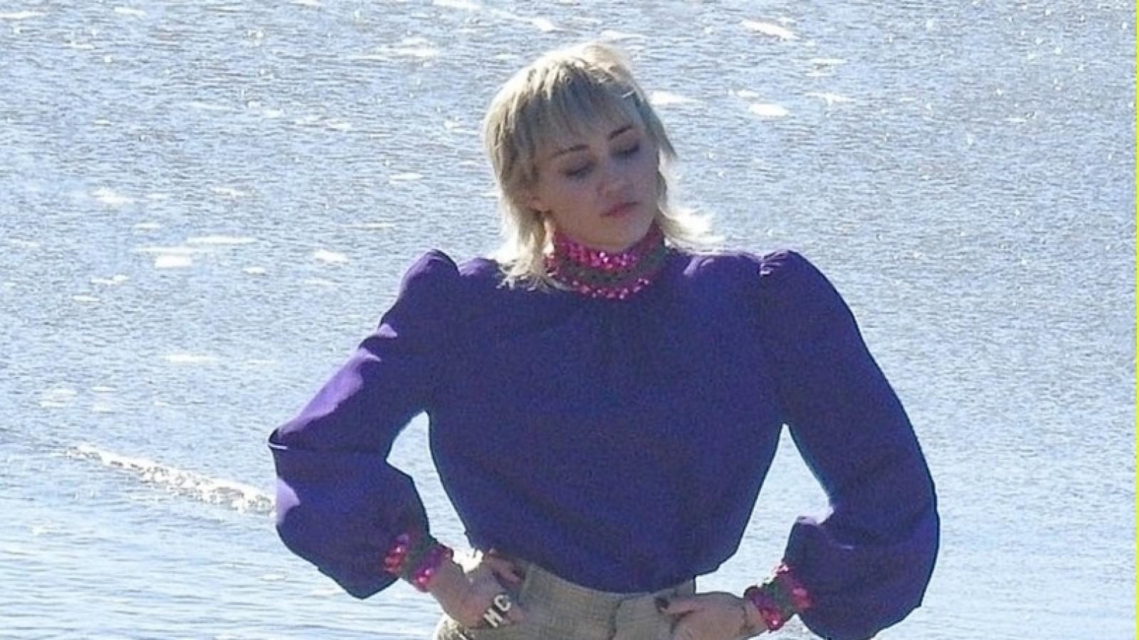 Miley Cyrus đi chân trần quay MV mới trên bãi biển