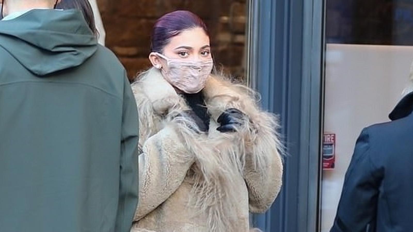 Kylie Jenner xinh đẹp đi mua sắm cùng bạn trai sau ồn ào đã tái hợp