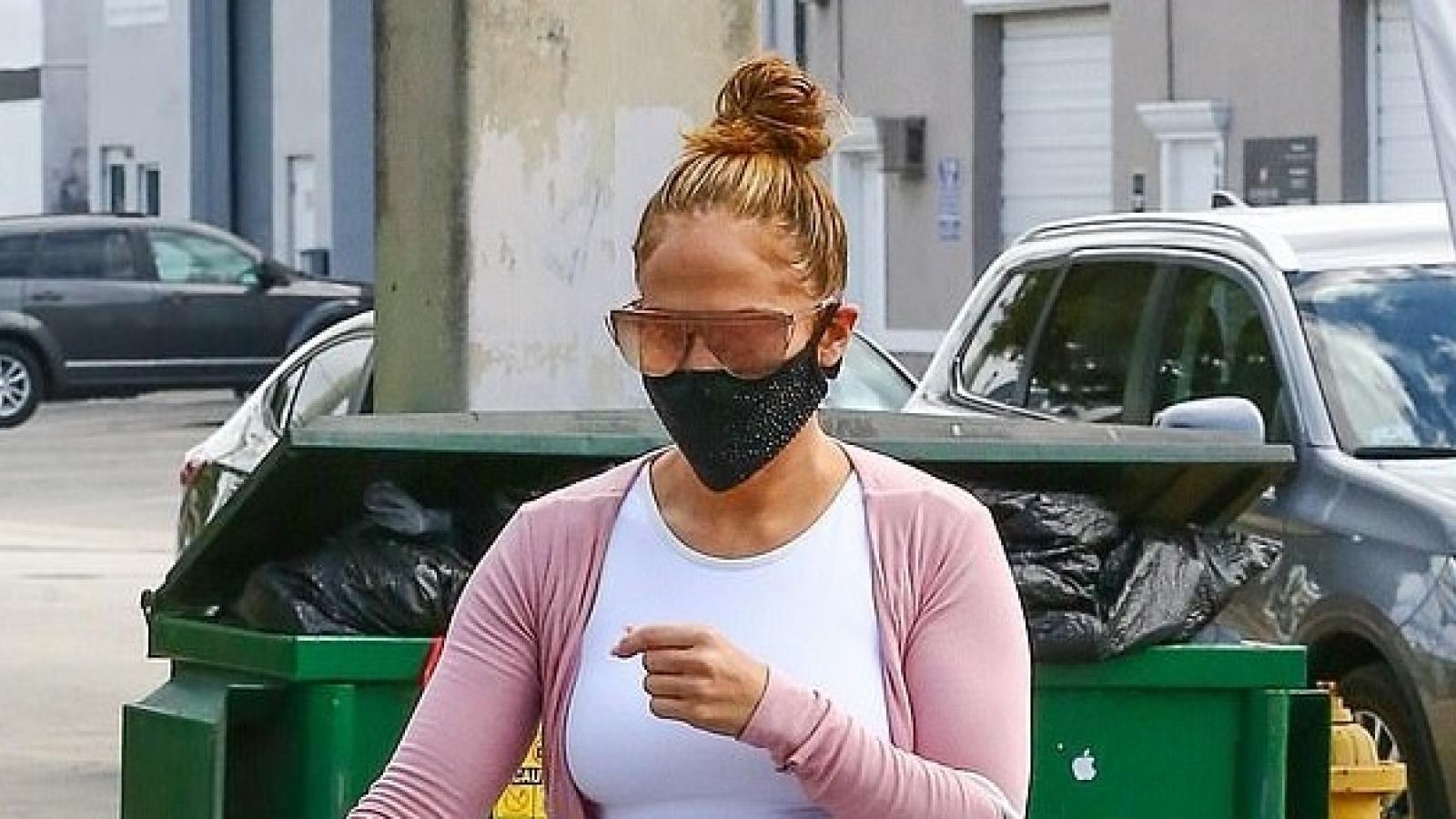Jennifer Lopez diện áo croptop và quần legging khỏe khoắn đi tập gym dịp cuối tuần