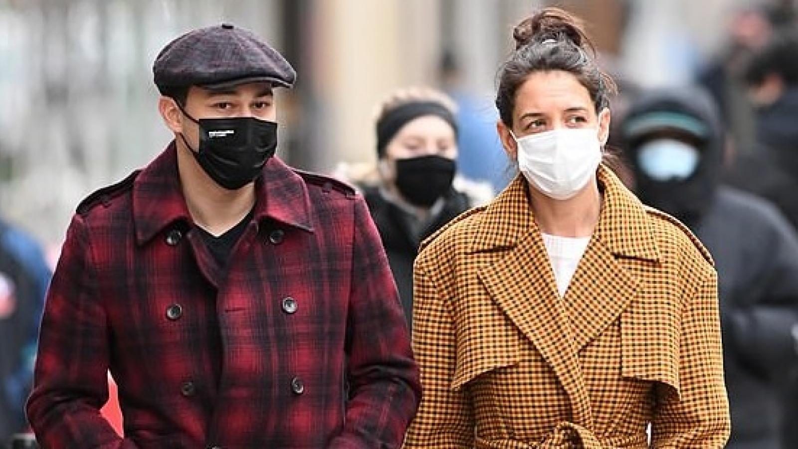 Katie Holmes sành điệu đi dạo phố cùng tình trẻ