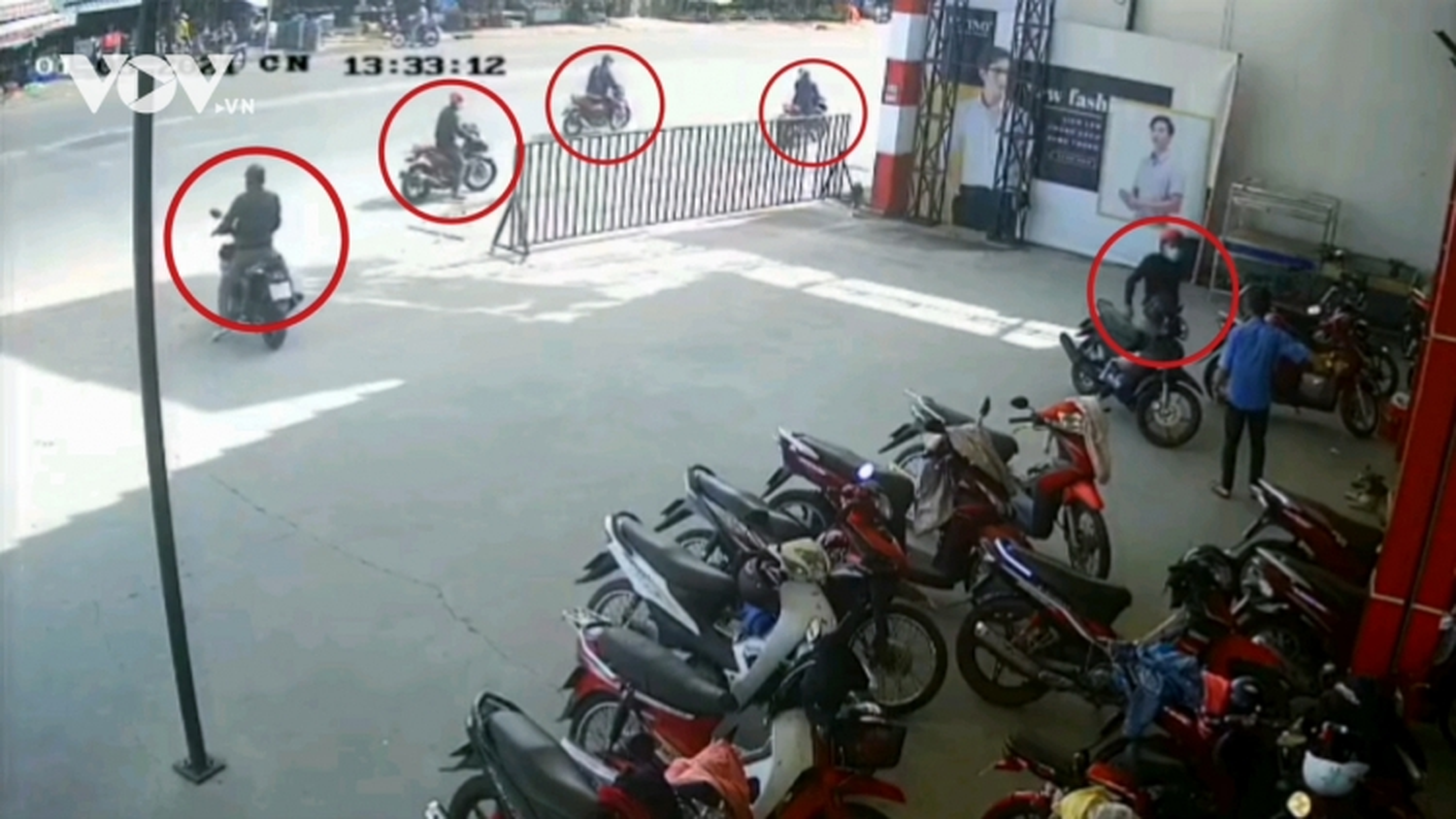 Dàn cảnh trộm, cướp 2 xe máy ngay trước mắt bảo vệ