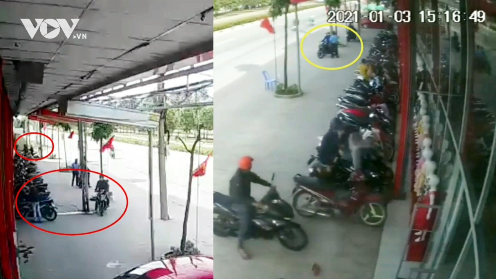 Dàn cảnh lừa bảo vệ để cướp xe máy tại cửa hàng