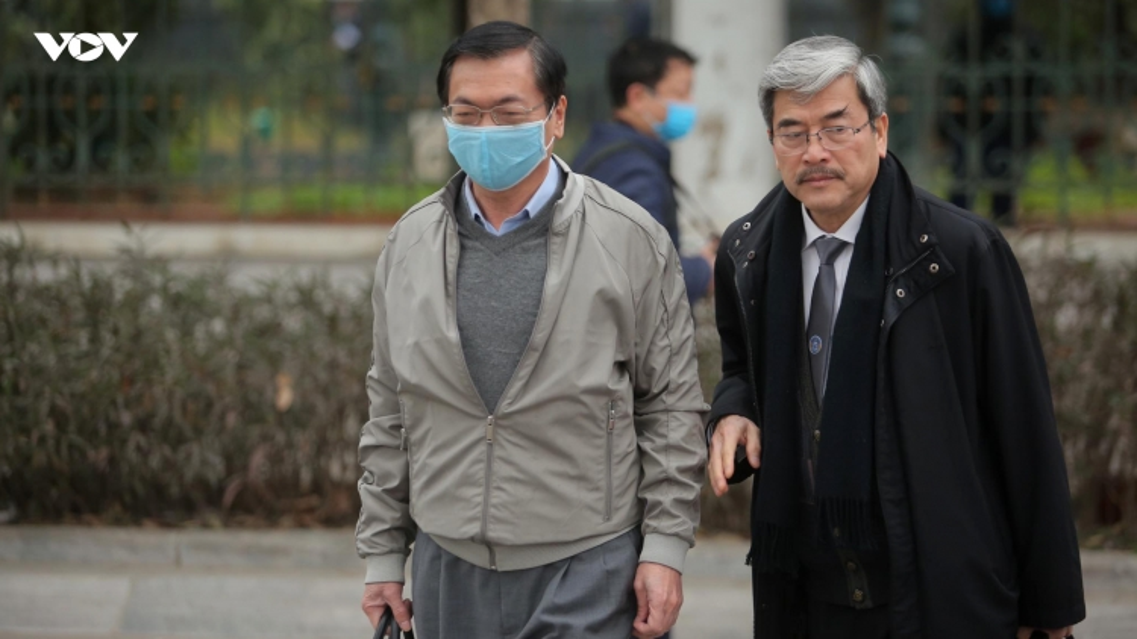 Cựu Bộ trưởng Vũ Huy Hoàng bước khó nhọc vào tòa
