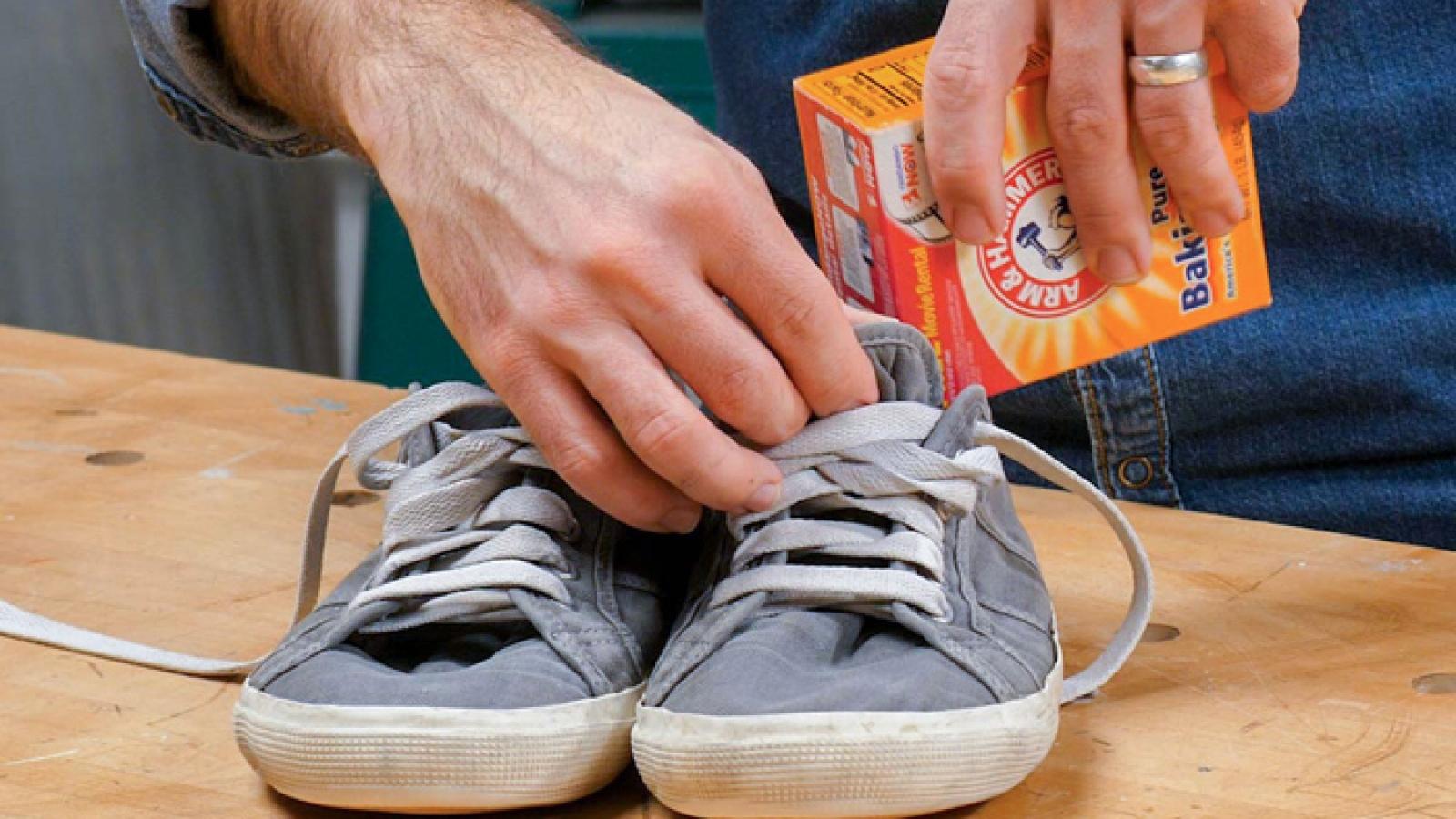 Làm thế nào để khử mùi hôi của giày trong tiết trời hanh khô?