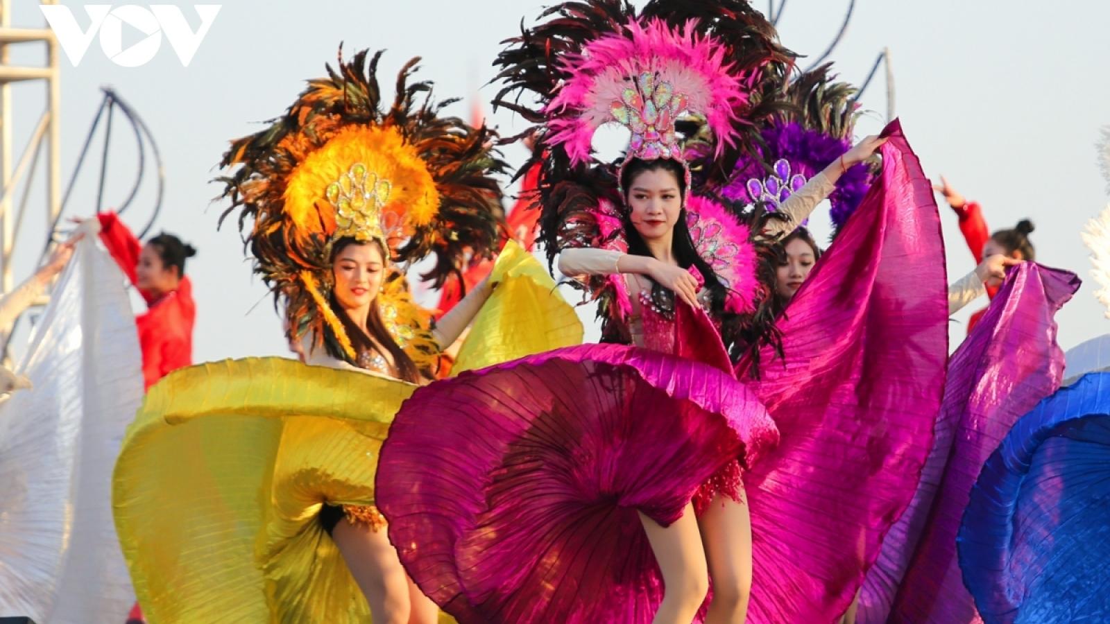 Huge crowds gather to enjoy Ha Long winter carnival