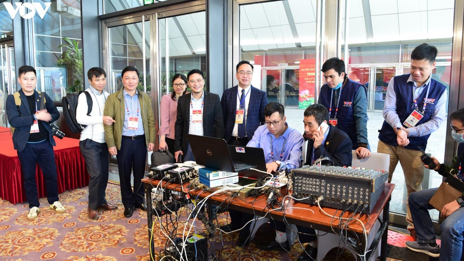 Hàng trăm phóng viên tác nghiệp tại Trung tâm Báo chí Đại hội XIII của Đảng