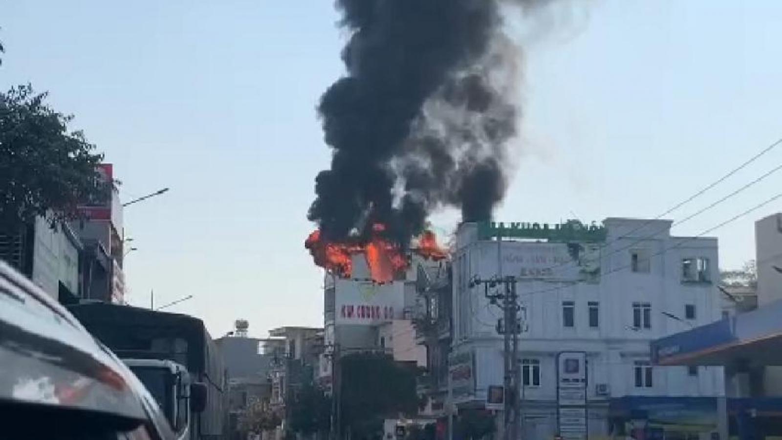 Cháy lớn tại một nhà dân ở thành phố Hạ Long, Quảng Ninh