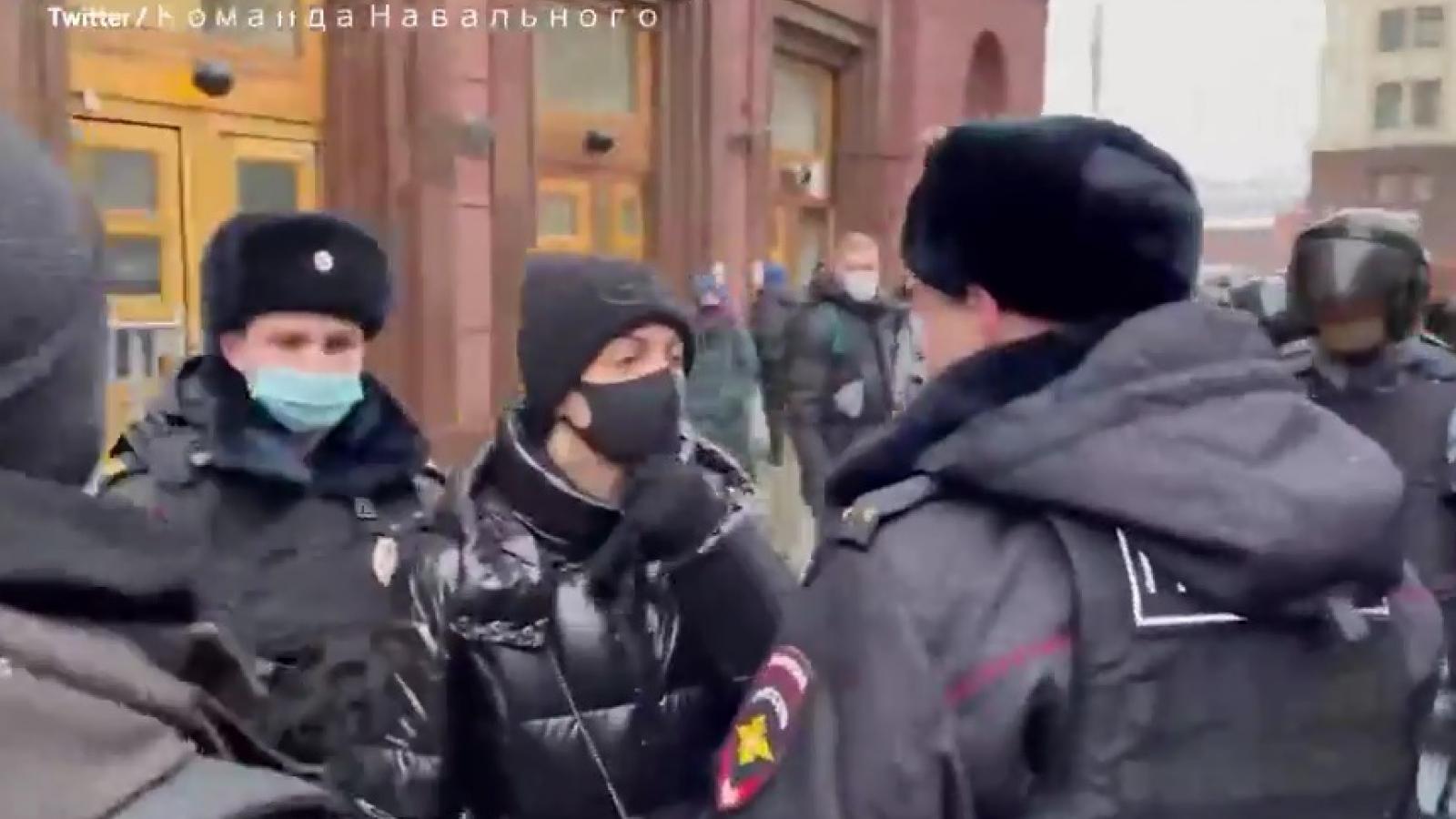 Cảnh sát Nga bắt vợ của thủ lĩnh đối lập Navalny ngay trên đường phố Moscow