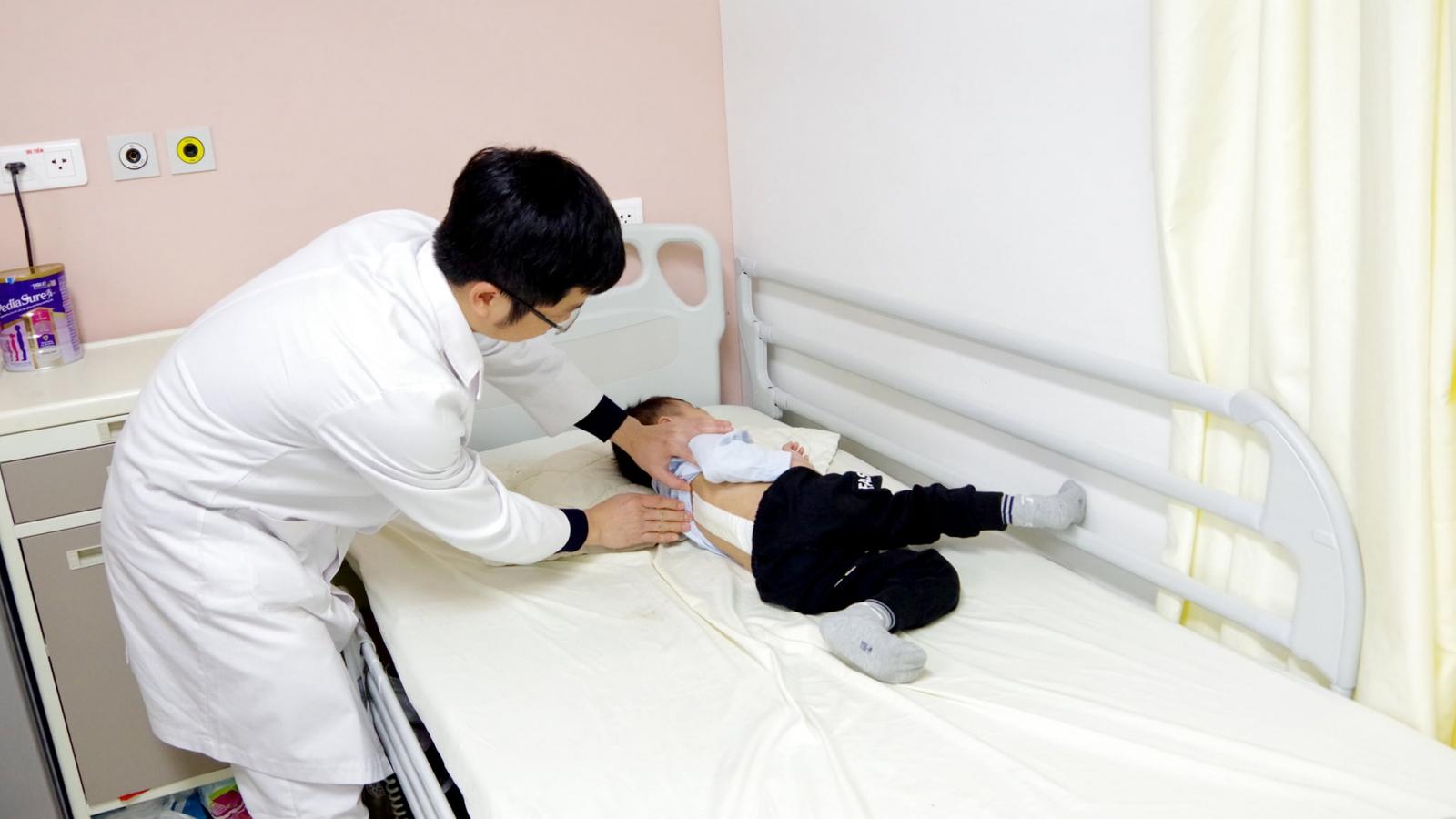 Bé 3 tuổi bị cong vẹo cột sống bẩm sinh được phẫu thuật thành công