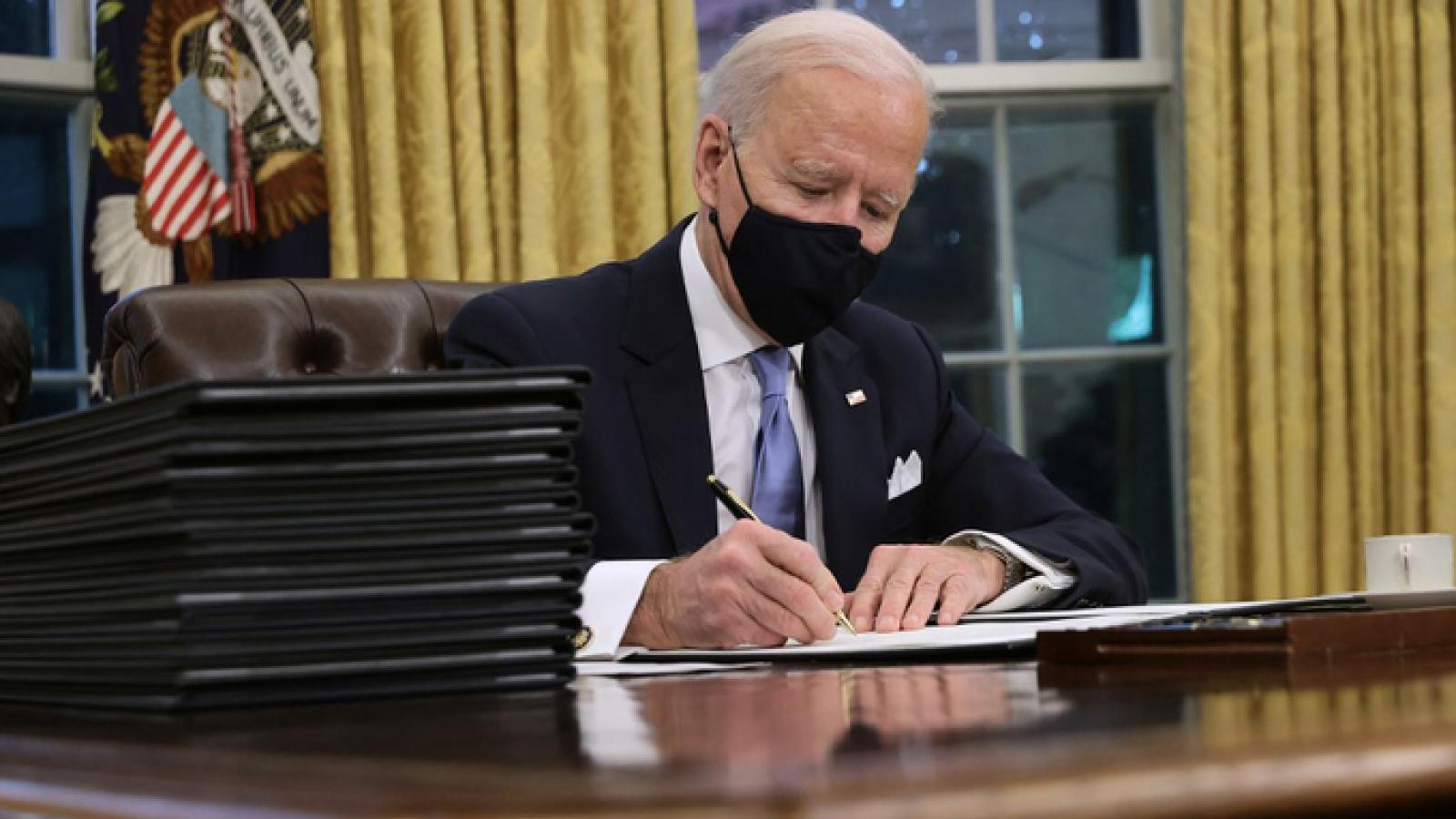 Video: Tân Tổng thống Mỹ Biden đặt bút ký những sắc lệnh hành pháp đầu tiên