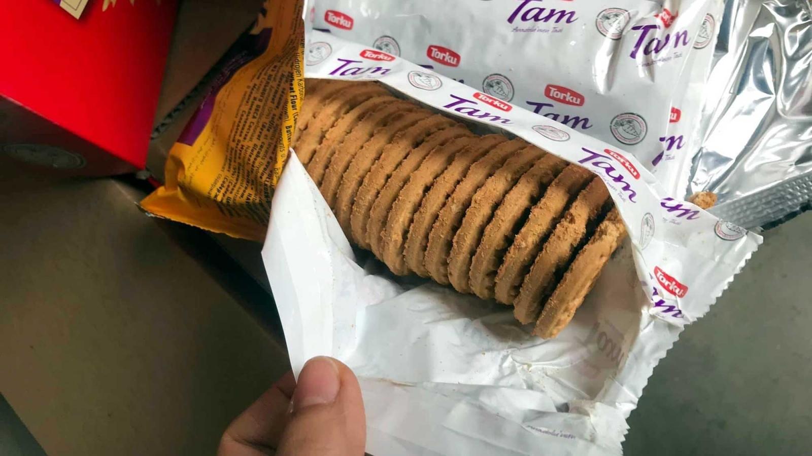 """Thu giữ hơn 3 tấn bánh quy ngoại đang được """"gia hạn sử dụng"""""""