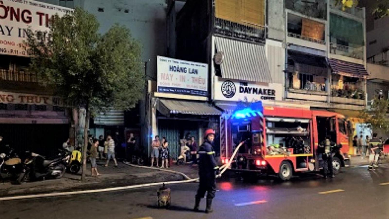 TPHCM: 12 người được giải cứu khỏi 2 đám cháy lúc nửa đêm