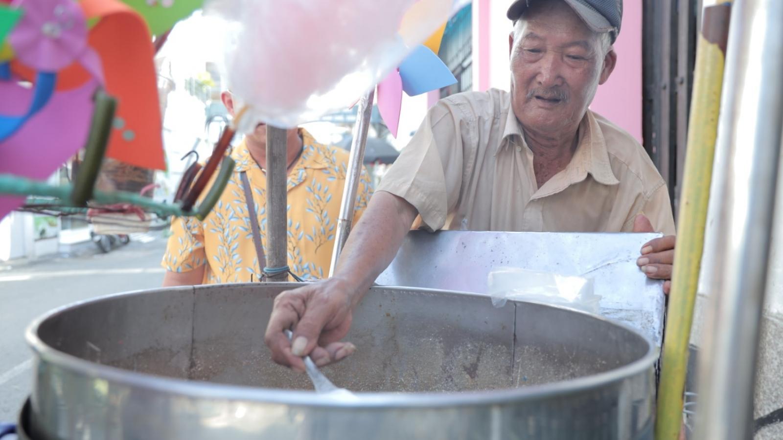 Cụ ông 77 tuổi, tóc bạc trắng gần 50 năm vẫn cực khổ đạp xe bán kẹo bông gòn mưu sinh