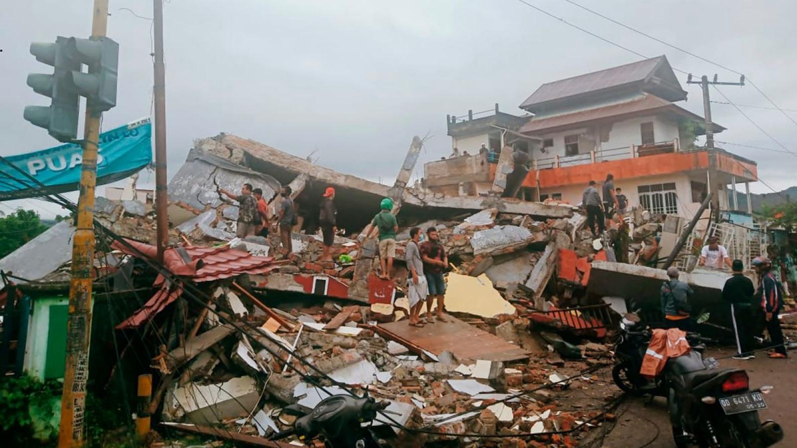 Indonesia khẩn trương tìm kiếm nạn nhân bị vùi lấp trong trận động đất 6,2 độ
